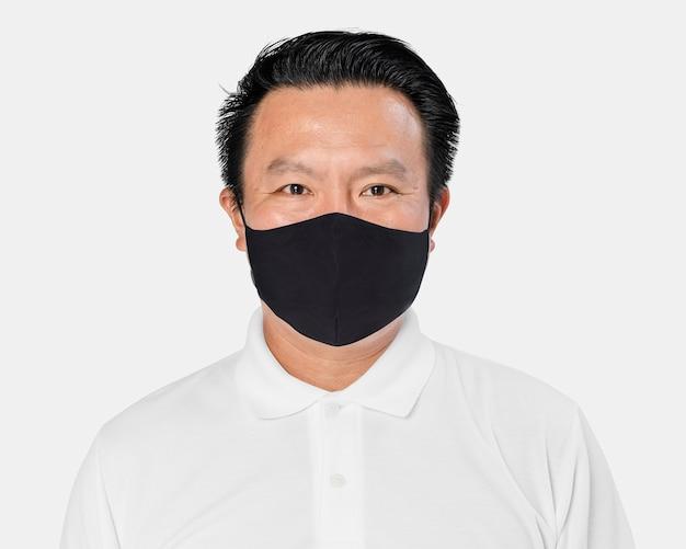 Asiatischer mann, der während der neuen normalität eine gesichtsmaske trägt