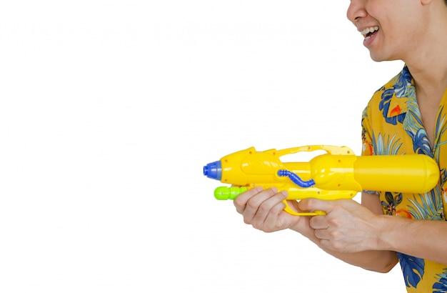 Asiatischer mann, der wasserpistole hält