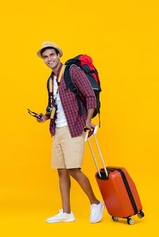Asiatischer mann, der zu seinen ferien bereit ist