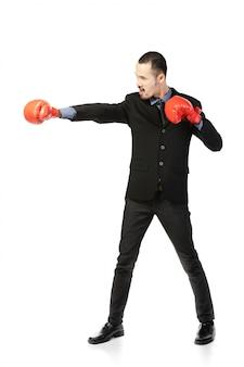 Asiatischer mann des geschäfts bereit, mit boxhandschuhen zu kämpfen.
