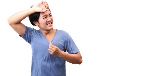 Asiatischer mann fühlen heißes wetter auf weißem hintergrund.