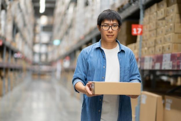 Asiatischer mann im lagerhaus