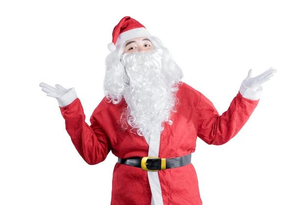 Asiatischer mann im weihnachtsmannkostüm mit offener palmengeste, die lokal über weißem hintergrund steht
