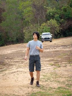 Asiatischer mann in bermudashorts und t-shirt