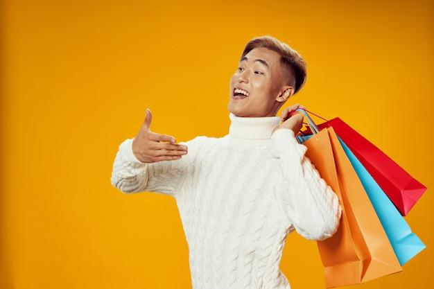 Asiatischer mann in der warmen winterkleidung, die aufwirft