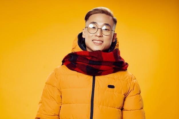 Asiatischer mann in winterkleidung