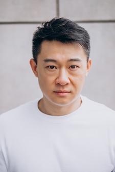Asiatischer mann isoliert, der gefühle ausdrückt