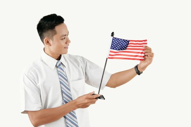 Asiatischer mann mit amerikanischer flagge