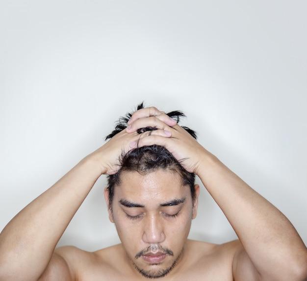 Asiatischer mann mit bart und schnurrbart in ernsthafter aktion
