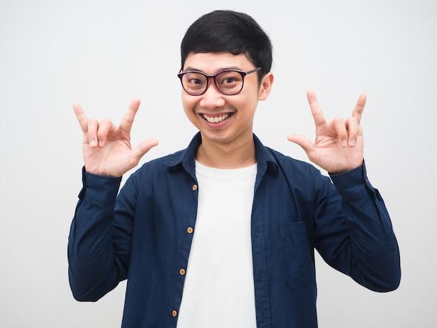 Asiatischer mann mit brille lächeln im gesicht zeigen hand liebe porträt weißen hintergrund