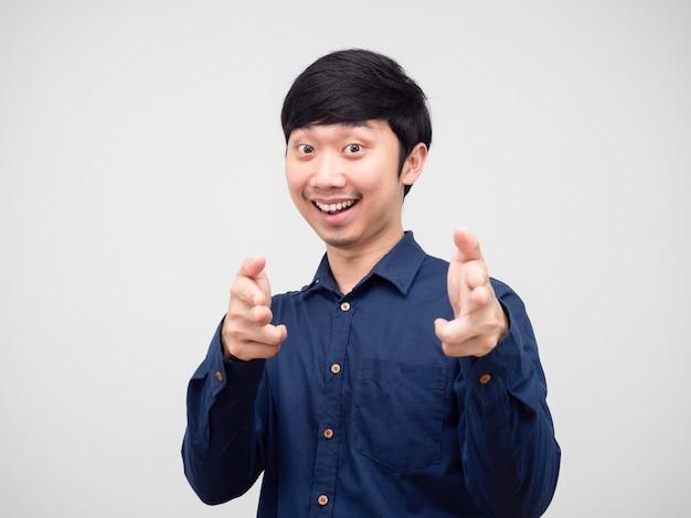 Asiatischer mann mit doppeltem zeigefinger auf sie lächeln gesicht und fröhlich, mann geste wählen sie porträt