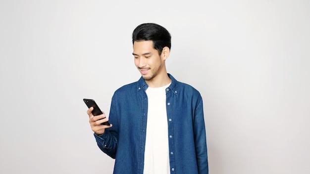 Asiatischer mann mit handy lächelnd