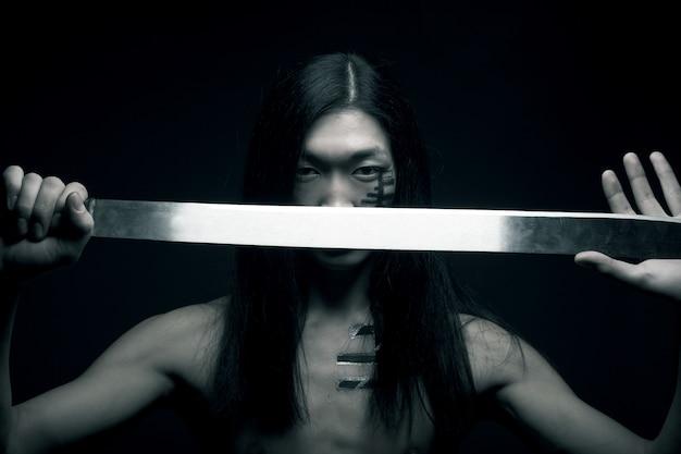 Asiatischer mann mit katana