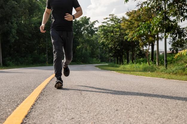 Asiatischer mann mit läufer auf der straße läuft für übung.