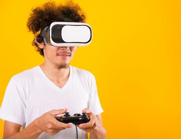 Asiatischer mann mit lockigem haar unter verwendung des virtual-reality-headsets