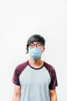 Asiatischer mann mit maske und brille