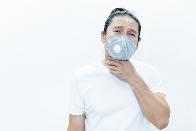 Asiatischer mann mit op-maske zur verhinderung der ausbreitung von keimen wie coronavirus oder covid-19