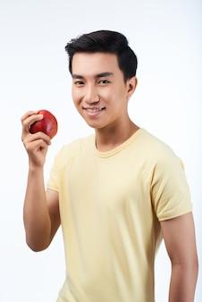 Asiatischer mann mit rotem apfel