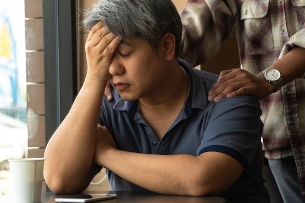 Asiatischer mann mittleren alters, 40 jahre alt, gestresst und müde,