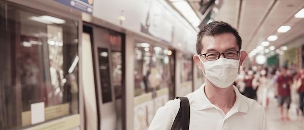 Asiatischer mann mittleren alters, der brille und medizinische gesichtsmaske, wuhan coronavirus-ausbruch, luftverschmutzung und gesundheitskonzept trägt
