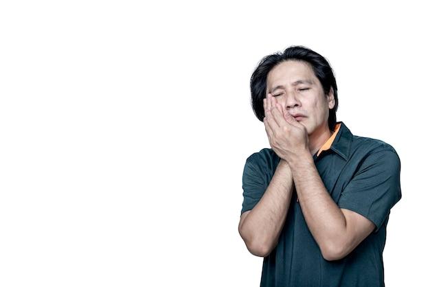 Asiatischer mann mittleren alters hat zahnschmerzen aufgrund von karies auf weißem, isoliertem hintergrund