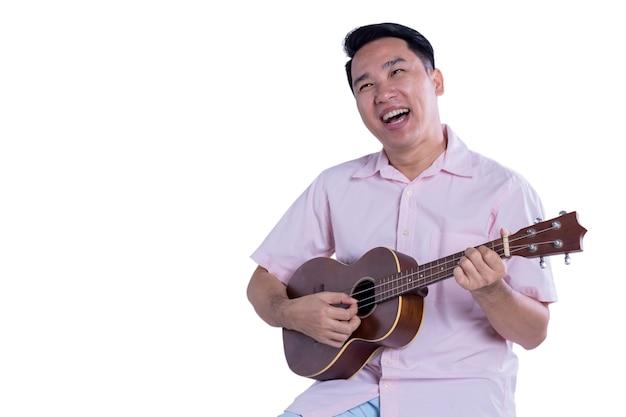Asiatischer mann spielt ukulele