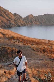 Asiatischer mann tourist zu fuß auf der treppe auf padar island