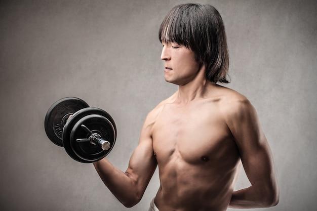 Asiatischer mann trainieren