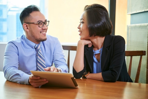 Asiatischer mann und frau coworking