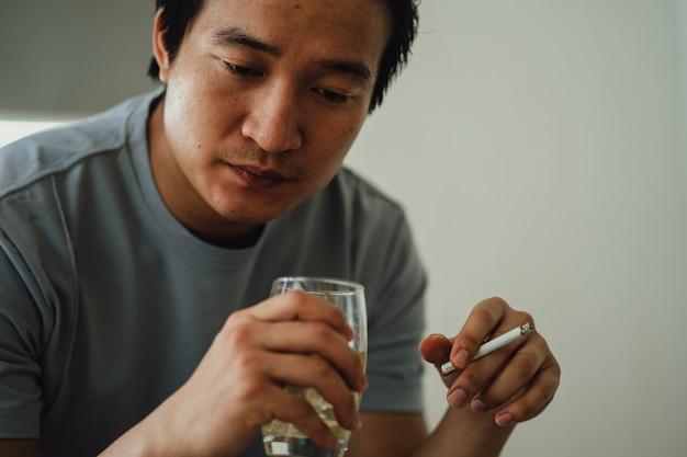 Asiatischer mann verzweifelt nach rauchsucht smoking