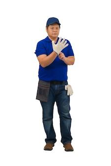 Asiatischer mannarbeiter im blauen hemd mit taillentasche für ausrüstung tragen handschuhe, die auf weiß isoliert werden