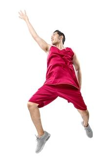Asiatischer mannbasketballspieler springen in die luft