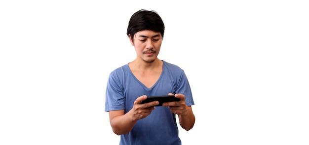 Asiatischer mannspaß, der süchtig ist, handyspiel auf weißem hintergrund zu spielen