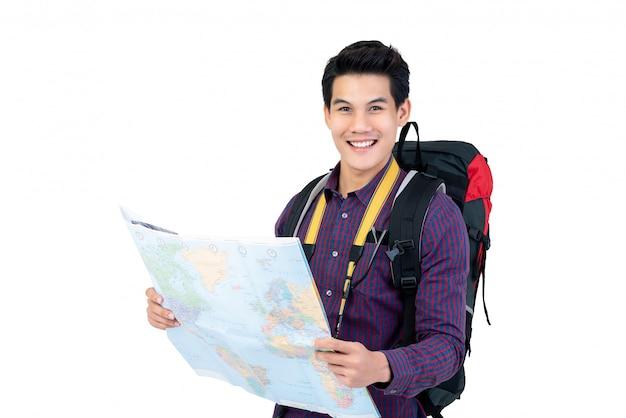 Asiatischer manntourist mit dem rucksack, der weltkarte hält