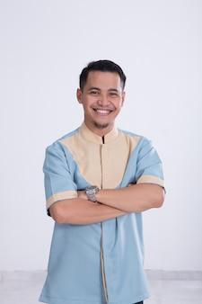 Asiatischer muslimischer mann lächelt