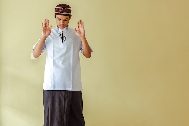 Asiatischer muslimischer mann salat mit dem heben seiner hand oder takbiratul ihram mit kopierraum