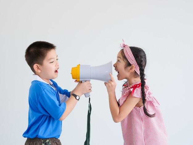 Asiatischer netter junge und mädchen mit megaphon singend