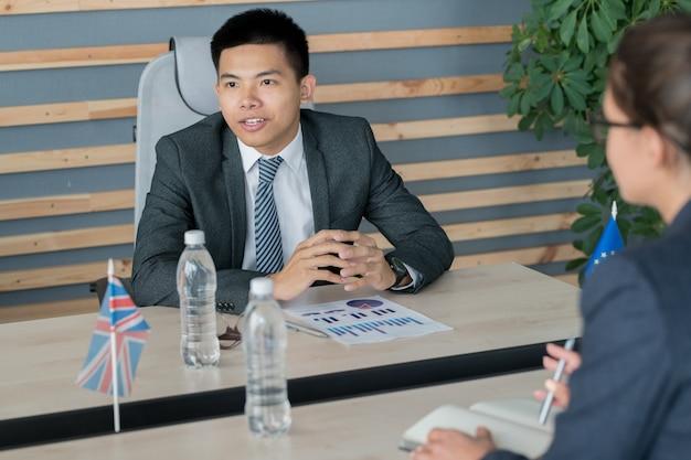 Asiatischer politiker bespricht budgetfragen mit kollegen