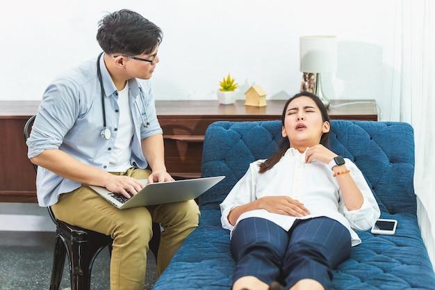 Asiatischer psychologe arzt hört patienten zu, der schmerzhafte symptome bei ihrem psychischen problem und diagnose für die behandlungsberatung in der klinik erklärt.