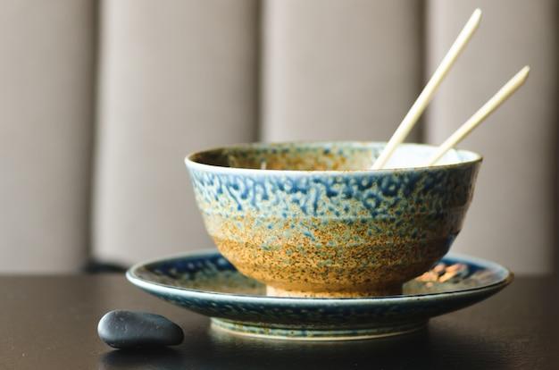 Asiatischer reis mit schweinefleisch, mu-err pilzen, napa-kohl, eingelegten bambussprossen, spinat, teriyaki