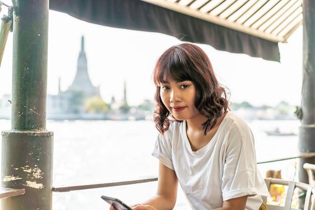 Asiatischer reisender, der ein foto im café macht