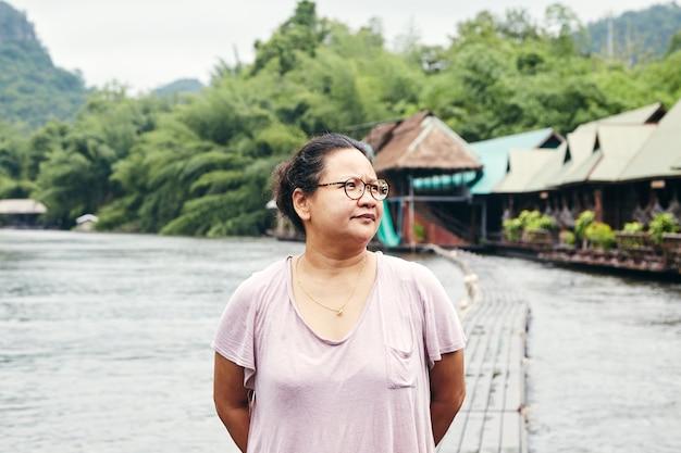 Asiatischer reisender der jungen frau und entspannen sich