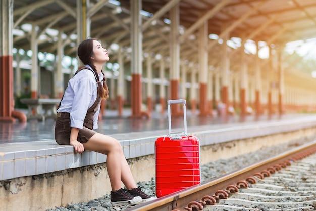 Asiatischer reisender der schwangeren frau