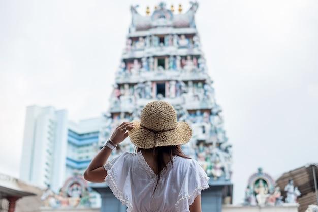 Asiatischer reisender, der zu sri mariamman temple in chinatown von singapur schaut.