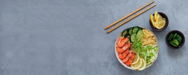 Asiatischer salat mit essstäbchenfahnen-draufsicht