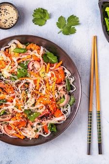 Asiatischer salat mit reisnudeln, garnelen und gemüse