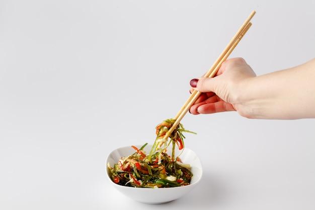 Asiatischer salat mit wakame-meerespflanze