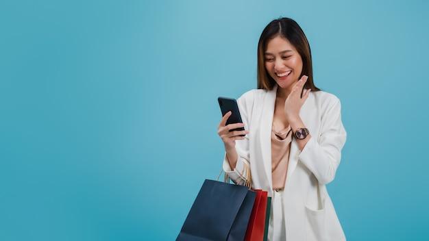 Asiatischer schönheitsblogger benutzen das intelligente telefon, das online kauft