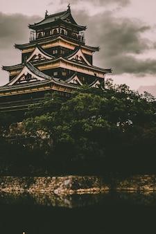 Asiatischer tempel aus beige und schwarzem beton