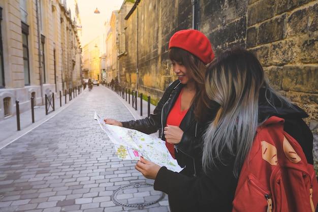Asiatischer tourist, der auf karte sucht, die richtung in bordeaux, frankreich sucht